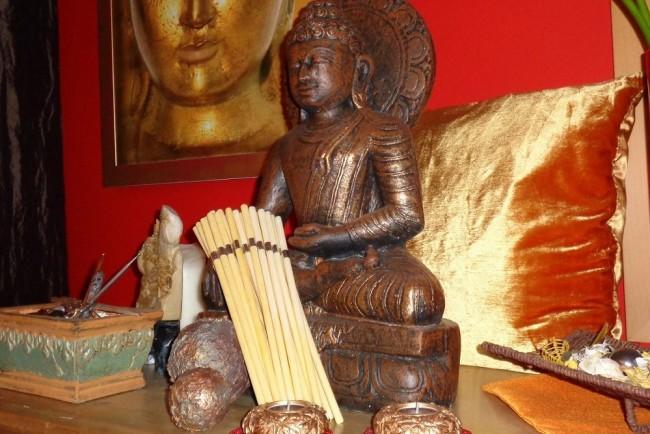 Buddhastatue und Ohrenkerzen
